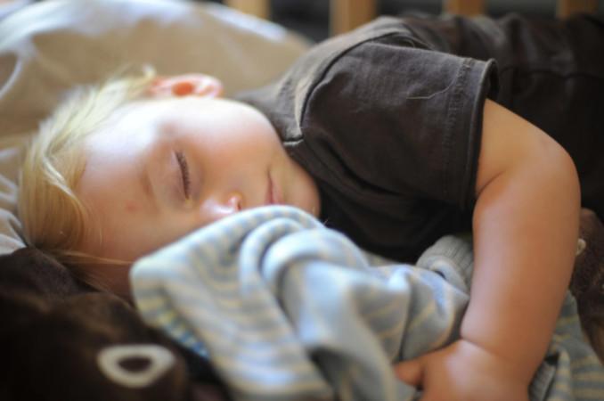 Do humidifiers or dehumidifiers help babies sleep?